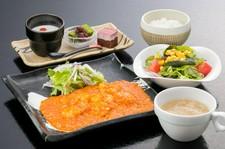 TEA豚と彩り野菜の黒胡椒炒め・小海老のチリソースがついた特選ディナーコース。