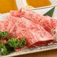 保健所の厳しい審査を突破した生肉提供店でしか食べられない極上の牛刺しです。融点が低く、人肌の温度でとろけてしまう「但馬太田牛」が持つ本来の甘みを贅沢に味わえます。