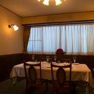 1階のテーブル席も落ち着いた雰囲気ですが、プライベートを大切にしたいシーンでは2階にある個室へ。ここは、かつてオーナーソムリエの勉強部屋として使われていた部屋で、4名~6名まででの利用が可能。