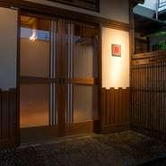 江戸川橋駅のほど近く、ビルの奥に潜むように佇む店はまさに隠れ家と呼ぶにふさわしいロケーション。「イタリア郊外のレストランのように、わざわざ足を運んでもらえる店になれれば」とオーナーの坂田氏。