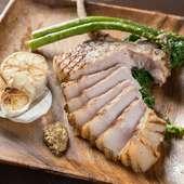 八重瀬町福まる農場から一頭買い。シェフこだわりの豚肉『骨付きロース(300gUP) 香ばしいグリル焼きで』