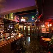 バーカウンターはオールドアメリカンをイメージしたおしゃれな空間。小グループはもちろん一人でもOKです。平日のみ選べる飲み放題が90種2時間飲み放題と105種2時間飲み放題の2種類あり、思う存分お酒を楽しめます。