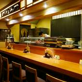 居心地のよいカウンター席で、奈良の地酒をお供に一人酒