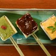 四季折々の魅力にあふれた瑞々しい京野菜をつかった逸品料理や、京都の老舗【五条半兵衛麩】の生麩や【恵比寿屋】の豆富をつかった本場京都のおばんざいが満喫できます。