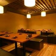 木目の床に土壁、温かい明かりが和の空間を照らす落ち着いた雰囲気の宴会席は24名まで利用可能。京都の食材と地酒を心ゆくまで堪能できるコース料理も豊富に取り揃えられています。