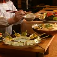 【齊藤酒造】の『英勲』や【増田徳兵衛商店】の『月の桂』など、京都の地酒にこだわった日本酒の品揃えが魅力。5勺、7勺、1合と好みの量が選べ、様々な銘酒を少しずつ味わえるのは嬉しいサービスです。
