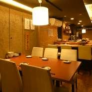 京都駅から徒歩5分と便利な立地ながら、静かに料理が楽しめる隠れ家的な雰囲気の【京のおばんざい処 六角や】。仕事帰りにふらっと立ち寄って、地酒とおばんざいに舌鼓、癒しの時間が過ごせます。