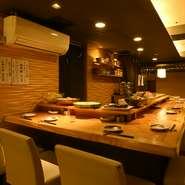 背もたれのある座り心地のよい椅子が並んだ広々としたカウンター席はデートにおすすめ。目にも美しい酒肴と京都の地酒を味わいながら、ゆっくりと過ごす時間が二人の距離を縮めます。