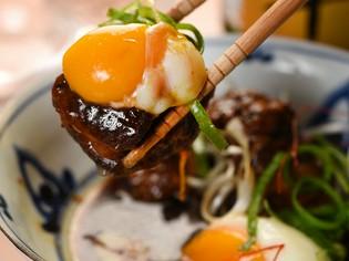 箸でもほぐれるほど、やわらかい仕上がりの『豚角のトロトロ煮』