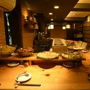 地元の京野菜はもちろん、全国の漁港から仕入れる新鮮魚介、石垣島の美崎牛まで、国産の上質な食材にこだわっています。厳選素材を和の技法で丁寧に料理したおばんざいをぜひご堪能ください。