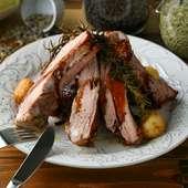 肉肉しい料理の中で一番人気!『IDL名物 ベイビーバックリブのオーブン焼き』