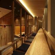 【KICHIRI 新宿】は、様々な利用シーンでご利用頂けるよう、お席をご用意。カジュアルなデートに最適な静かにお食事頂けるカウンター席は、窓際なので新宿の夜景も一望できます。