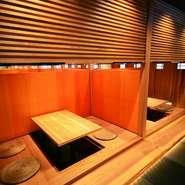 木の仕切りがあることで、ゆったり空間になります。三方向に壁で囲われるBOX型のお席が人気!