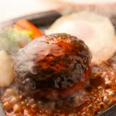 熱々の鉄板で旨みを味わう『ハンバーグステーキ』温野菜3種付き