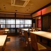 築約100年の歴史を感じさせる京町屋をモダンに改装した店内