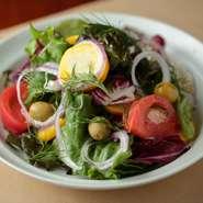 新鮮なお野菜たっぷり、ドレッシングも食材に合わせてブレンドしたこだわりサラダ。フルサイズ(3~4人前)ハーフ(1~2人前)と、人数に合わせて提供可。多くのシーンで活躍してくれそうです。