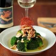 """""""サラダとお肉の美味しいお店""""をテーマに掲げていることもあり、素材選びにはひときわ気を使っています。長野県の契約農家からお送りいただいている「野菜」など、食べごろの食材をぜひご堪能ください。"""
