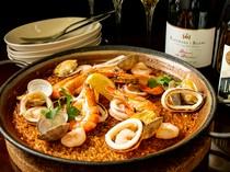魚介の旨みが米に染み込んだ『パエジャ』は人気メニュー