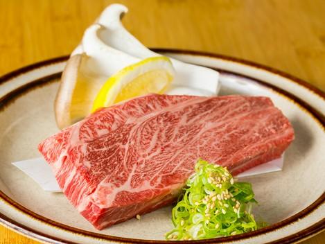 美しい霜降り肉を鉄板で豪快に! 口の中でとろける絶品『岡山黒毛和牛ステーキ』