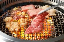 鋭い目利きで選び抜いた上質な牛肉を堪能! 赤身と霜降りの焼肉、牛肉のお刺身、牛筋カレーなど。