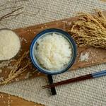 """お米は県外ではほぼ生産されていないため""""幻のお米""""と称される岐阜県産の一等級米「はつしも」を使用しています。粒が大きくお米本来の甘み、噛み応えがしっかりあり、お米のみで食べて頂いてもとても美味しいです"""