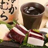 赤身肉と皮の脂身の美味しさが、両方一度に楽しめる『紅白刺し』