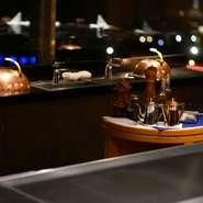 函館国際ホテルの西館8Fにある鉄板焼レストラン。函館らしいモダンな佇まいで、地元の方はもちろん、県外からの旅行者にも愛されるお店です。一歩足を踏み入れると、そこはラグジュアリーな気品漂う空間。