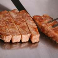 白老町産黒毛和牛のサーロインやフィレを鉄板焼で。2人以上で来店した場合は、サーロインとフィレを半分づつシェアしてオーダーすることもできます。良い肉なので、霜降りですが、赤身肉もしっかりしていて美味。