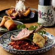 自然派ワインと中華が奏でる新しい美味を追求するシェフ・鶴岡氏。さまざまな個性を持つ自然派ワインの風味や味わいはそのままに、中華料理をアレンジすることで互いの良さが際立ち、孤高の美味しさを味わえます。
