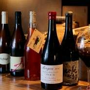 「造り手の想いに寄り添い、辿りついたのが自然派ワイン」と語るシェフ。個性あふれる銘柄が並び、常時10種ほどの自然派ワインをグラスで楽しむことも。生産者のこだわりに想いを馳せてじっくりと味わってはいかが。