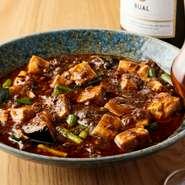 香り高い花山椒をふんだんに使い、本場の味を再現した麻婆豆腐。花山椒のピリッとしびれる辛さと香りを効かせた味わいは【hugan】ならでは。寒い季節には豚肉をジビエに替えて違った味わいを楽しむことも。