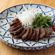 『鹿肉の腸詰め』は薔薇の香りのする中国酒を加えた中華テイストのオリジナル。ジビエが美味しい冬の時期に登場するメニューです。また、上海蟹など四季折々の食材をふんだんに使った料理をご用意しております。
