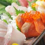 匠の技で仕立てた旬の鮮魚は、見た目にも美味しい当店自慢の逸品です。朝採れ鮮魚の盛り合わせは全コースでご賞味いただけます。