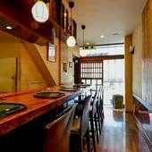 入ってすぐのカウンター席は、ご夫婦の食事やデート使いに人気