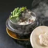 有頭海老が4尾も入ったボリュームたっぷりのトムヤムクン風ピリ辛鍋です。