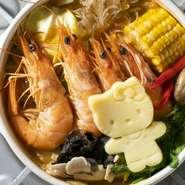 丸ごとトマトは入ったトマト鍋です。ごろごろお野菜がたっぷり入っています。