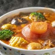 淡路の新鮮な海鮮と淡路島玉ねぎが丸ごと入った海鮮鍋です。