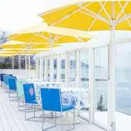 播磨灘を見ながら食事ができます。開放感溢れるテラス席で、潮風を感じながらの食事はまた格別です。