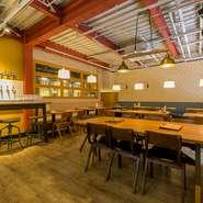 広々とした店内。オーダーメイドファニチャーで知られる大川家具のテーブルとソファが配され、ゆったりと過ごせるスタイリッシュな空間です。貸切パーティーも最大50人まで可能です。