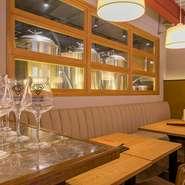 隠れ家的な店内には4人掛けテーブルが5つ、6人掛けが2つ、8人掛けが1つ。さらにカウンター4席とスタンディング席も3席用意され、1人から小グループ、貸し切りパーティーまでさまざまな用途で使えます。