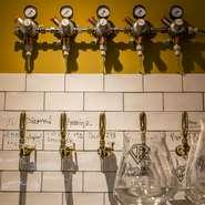 壁越しに繋がるブルワリーの冷蔵室から、鮮度抜群なクラフトビールを直接供給。ビールタップは15個も!