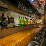 ビアホールというと「グループで賑やかに飲む」というイメージがありますが、KAENには落ち着けるカウンターも4席用意されています。一人で静かにクラフトビールを味わう至福な時間を過ごせます。