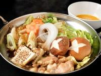 『なべ音コース』の鍋を、すき焼き風味で楽しむ『もつすき』。とろとろのもつを卵に絡めて。クセにある味わいのひと品です。