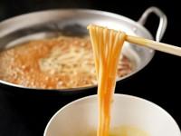 リゾット、自家製麺、雑炊など、〆までしっかり満足させるのが【なべ音】流。『もつすき』の〆は「五島うどん」で。こちらも卵に絡めていただきます。