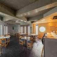 天井が高く、開放的な店内は、和のテイストも取り入れられたオシャレな雰囲気。女の子も入りやすい空間となっており、デートや記念日など特別な日のお食事会や宴会に最適です。