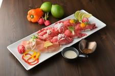 マグロ・金目鯛・鯵・海老などはもちろん、うに・いくら・のどぐろなど全70種の握り寿司など食べ放題!