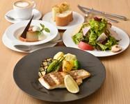 ボリュームたっぷりのかもめのサラダにメイン料理をお選びいただけるランチ。ドルチェとカフェ付きです。