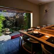 小さな日本庭園が望める、和を基調とした落ち着いたつくり。存在感があるカウンターには国産の山桜が使われ、優しい雰囲気を醸し出しています。椅子も同じく桜の木を使用。