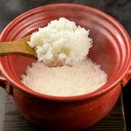 米は新潟県下田村の木村さんのコシヒカリを使用し、信楽焼きの土鍋で一組ずつ炊き上げてくれます。甘味、粘り、旨味のバランスが抜群で、米の味をしっかりと味わえる逸品です。