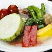 昼・夜問わず登場する、美しく美味しい中国料理に舌鼓